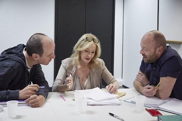 J.K. Rowling (meio) ao lado do escritor Jack Thorne (esquerda) e do diretor John Tiffany (direita)