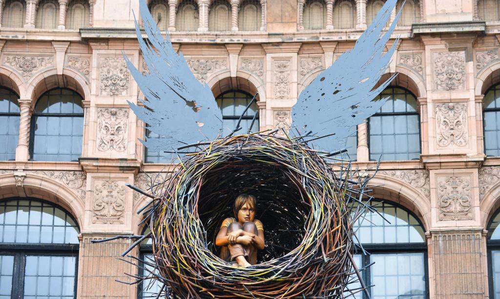 Decoração do Teatre Palace em Londres, que mostra uma criança dentro de um ninho com asas.