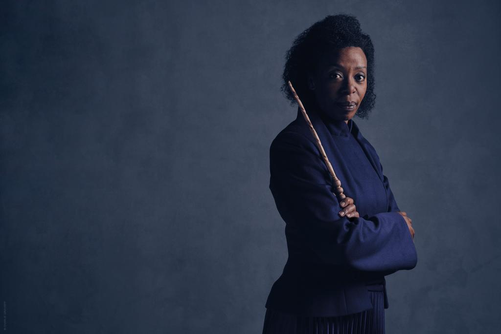 Noma Dumezweni caracterizada como Hermione em foto promocional de Cursed Child.