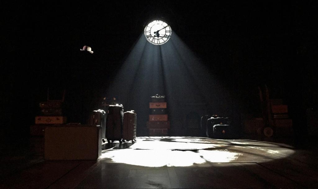 Na abertura do espetáculo vemos a estação em King's Cross recheada de maletas e um chapéu voador.