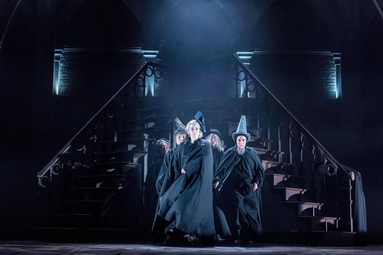 Bruxos com um semblante malévolo nos corredores de Hogwarts.
