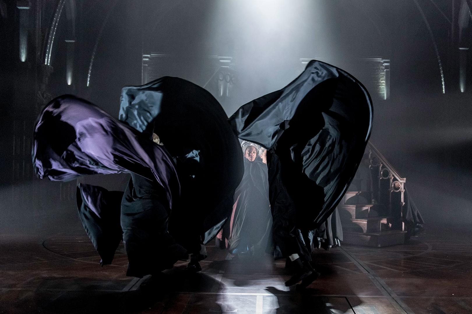 Bruxos performam balançando suas capas