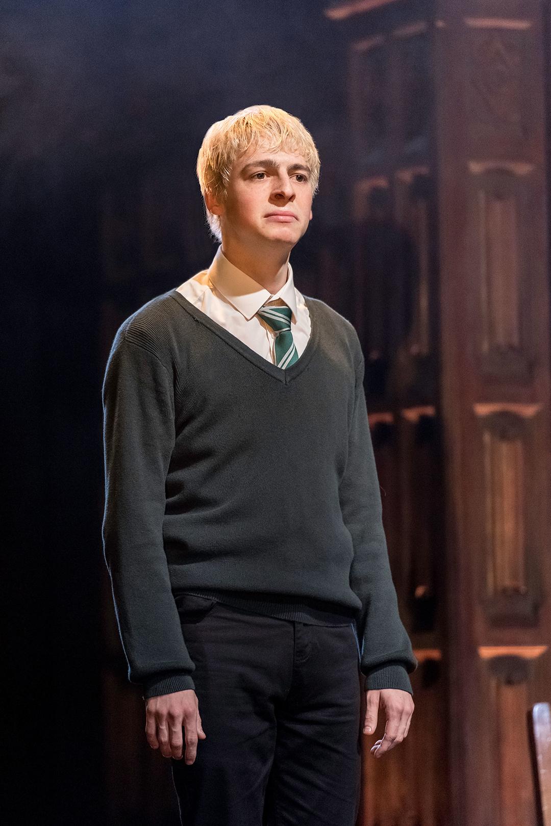 Escórpio Malfoy, bravo, parece molhado nos corredores de Hogwarts.