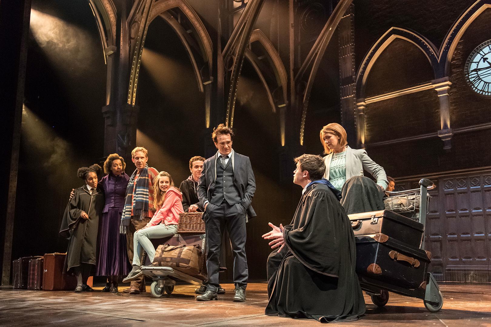 Famílias Granger-Weasley e Potter na estação em King's Cross