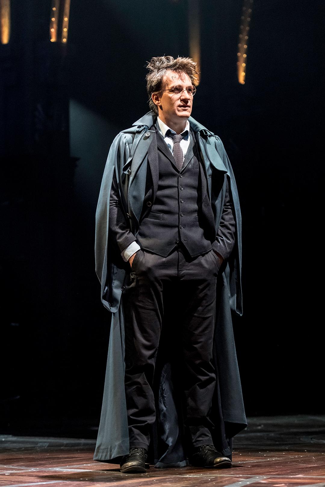 Harry em seu uniforme do Ministério da Magia.