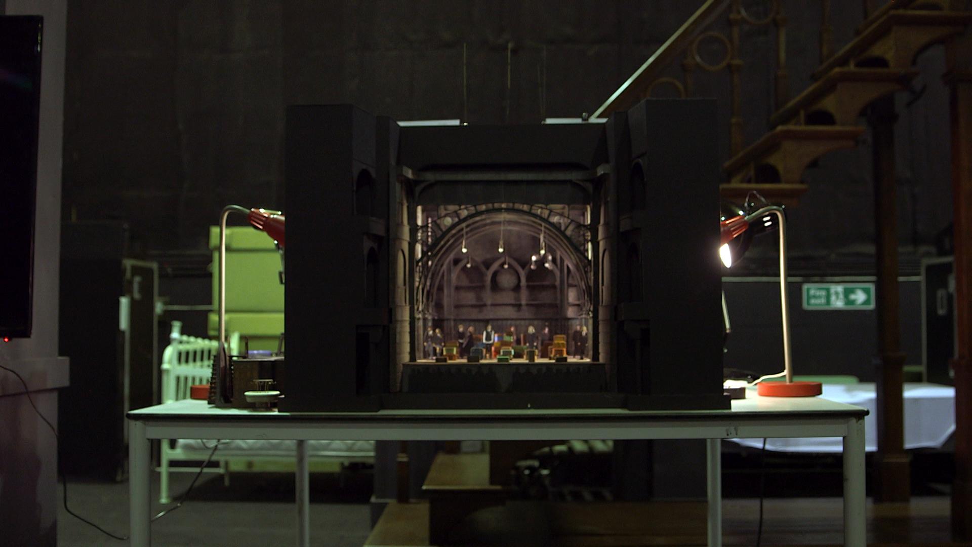 Maquete do design do palco de Cursed Child mostra bonecos no lugar dos atores.