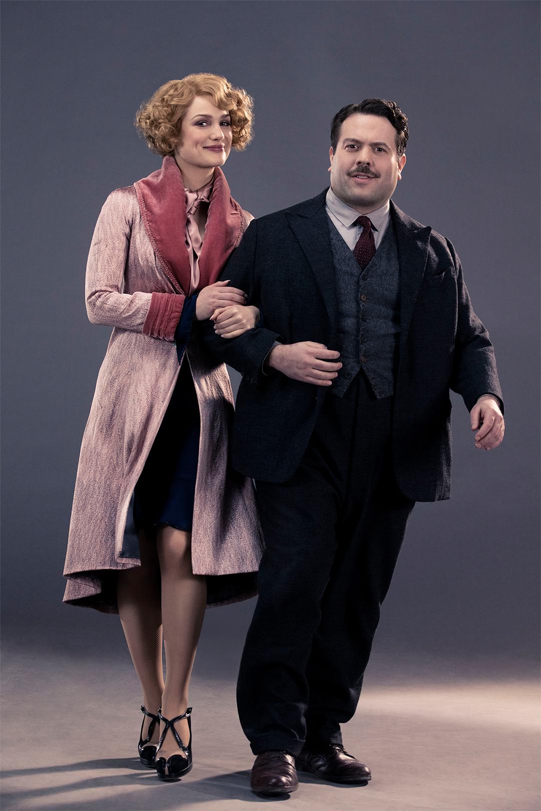 Da esquerda pra direita: Queenie e Jacob de braços dados.