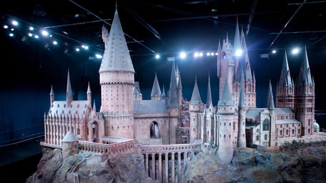 Maquete do Castelo de Hogwarts preparado para simular o amanhecer