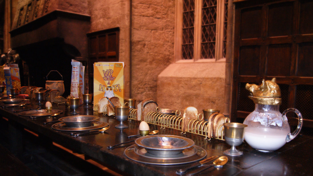 Mesa de Hogwarts preparada para o café da manhã