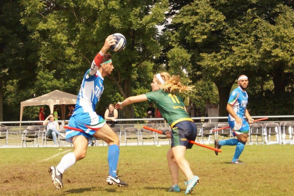"""Jogo entre Itália e Brasil. Artilheira Karen Douglas iniciando um """"tackle"""". © Vera Tosetto"""