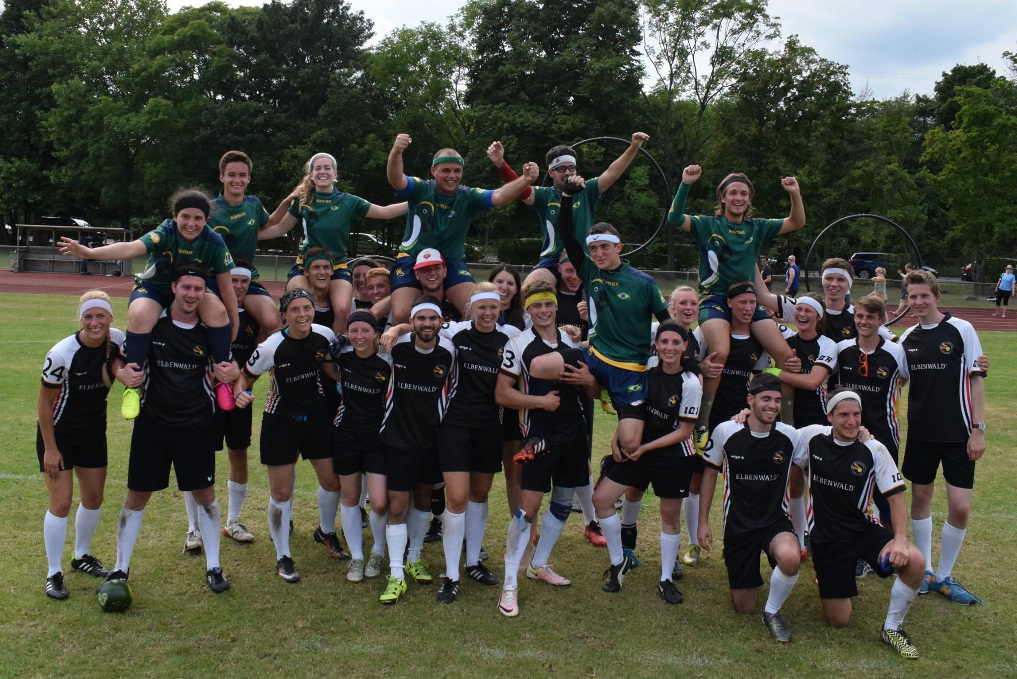 O time brasileiro e o time alemão juntos após sua partida no primeiro dia do torneio. © Ailsa Spiers