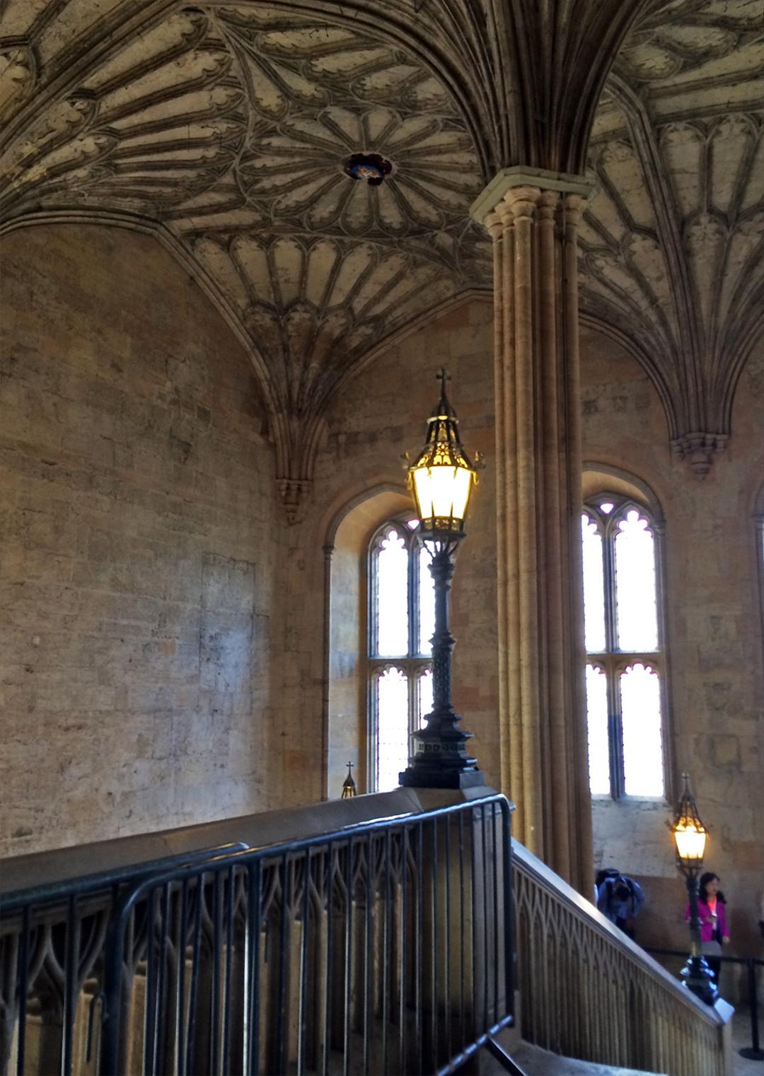 Detalhes das janelas e do teto das escadarias da Christ Church.