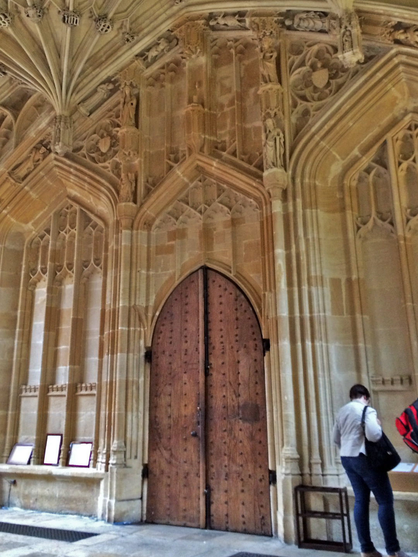 Porta da locação da Biblioteca Bodleian onde foram gravadas diversas cenas da série.