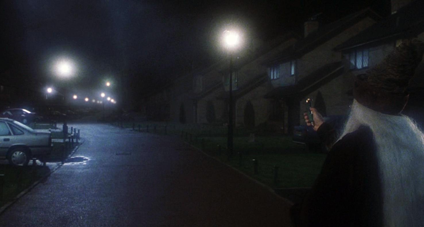 """A primeira cena de Pedra Filosofal foi gravada na rua da casa. Dumbledore usa o desiluminador (na época, ainda conhecido como """"apagueiro"""")."""