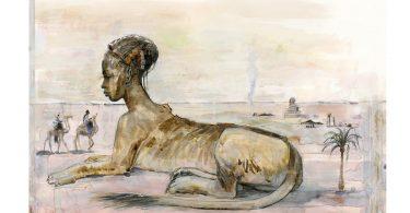 Com corpo de leão e cabeça de mulher, a esfinge está sentada num deserto, enquanto dois homens passeiam sob seus camelos. Ela usa alguns enfeites na cabeça e tem a pele do busto escura.