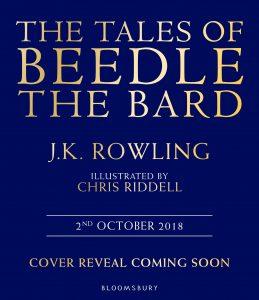 """Na imagem, uma capa de livro simples, com fundo chapado azul e letras em dourado e branco. Em inglês, está escrito """"Os contos de Beedle, o Bardo"""", embaixo está o nome da autora, J.K. Rowling, a indicação do responsável pela ilustração, Chris Riddell. A data de lançamento, 2 de outubro de 2018, está logo abaixo, separada por duas linhas. Em seguida, o aviso de que """"A capa será revelada em breve"""" e o nome da editora, Bloomsbury, abaixo."""