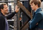 Produtor David Heyman conversa com o ator Eddie Redmayne, caracterizado de Newt Scamander, nos sets de Animais Fantásticos e Onde Habitam.