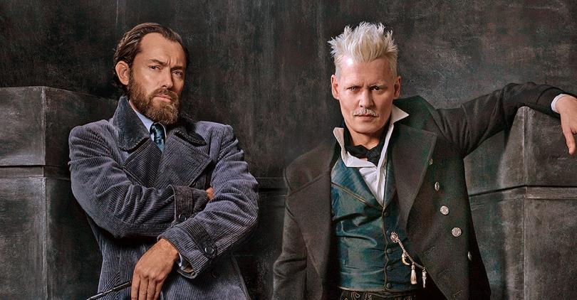 À esquerda, Jude Law como Dumbledore se encosta em um pilar, ele olha para a câmera com uma expressão de seriedade. À direita, Johnny Depp como Grindelwald se apoia com o braço esquerdo no pilar paralelo ao outro em uma pose afrontosa.