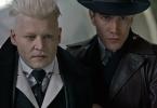 Em uma cena do primeiro filme, Johnny Depp, como Grindelwald, é segurado por um auror em frente à presidenta Seraphina Picquery. Ele olha para ela com atenção e raiva.