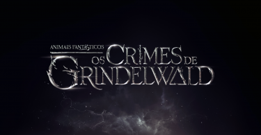 """O logo do filme """"Animais Fantásticos: Os Crimes de Grindelwald."""" O """"i"""" da palavra """"crimes"""" é a varinha das varinhas; o """"a"""" de """"grindelwald"""" é a capa da invisibilidade, e o """"o"""" do """"os"""" é a pedra da ressurreição."""