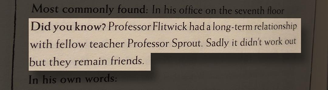 """Uma foto da página 344 da edição da Corvinal de Philosopher's Stone. Em destaque, o trecho """"Did you know? Professor Flitwick had a long-term relationship with fellow teacher Professor Sprout. Sadly it didn't work out but they remain friends."""""""