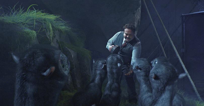 Frame do filme Animais Fantásticos e Onde Habitam onde Jacob aparece dando comida para os bezerros apaixonados.