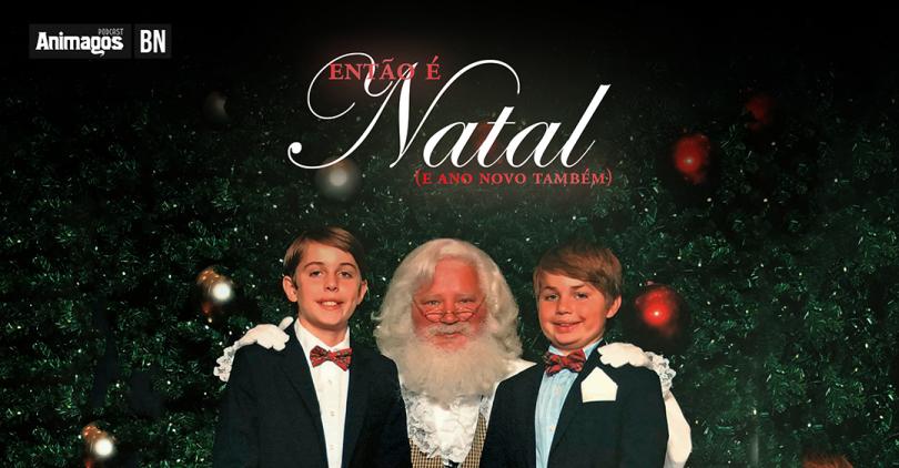 """Uma foto de dois garotinhos sentados no colo do Papai Noel e sorrindo para o fotógrafo, com cara de idiotas. Acima, o nome """"Então é Natal, e ano novo também"""", ao lado do nome """"Animagos"""" e o indicador de bônus, as letras B e N."""