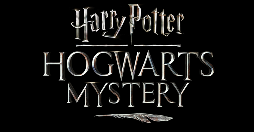 """Logo do jogo Harry Potter: Hogwarts Mystery. Embaixo de """"Hogwarts Mystery"""", vemos uma pena, que faz referência ao instrumento usado pelo estudante de Hogwarts para escrever."""