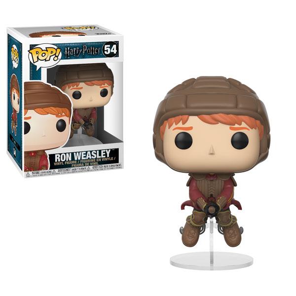 A imagem exibe o boneco do personagem Rony Weasley bastante cartunesco. Rony usa um capacete de couro e voa em sua vassoura. Além disso, ele usa um colete de proteção com ombreiras, luvas, botas e o uniforme de quadribol da grifinória, vermelho e amarelo. A forma da suas sobrancelhas denotam certo medo. Ele está montado na vassoura, que está apoiada em uma peça de acrílico.