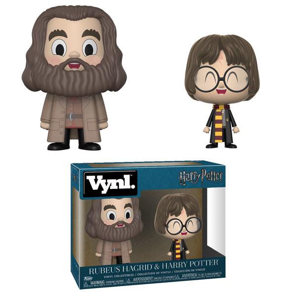 Em traços bastante infantis, vemos os personagens Rúbeo Hagrid e Harry Potter. Hagrid é visivelmente mais alto do que Harry, sorri alegremente e está usando um sobretudo cheio de bolsos, uma camisa vermelha e um colete marrom. Ele também está usando um cinto. Harry, do seu lado direito, exibe sua cicatriz no centro da testa, tem os cabelos ligeiramente mais longos do que vemos nos filmes, sorri com ainda mais vigor do que Hagrid, com os olhos completamente fechados. Ele usa o uniforme da Griginória e o cachecol da casa, vermelho e amarelo.