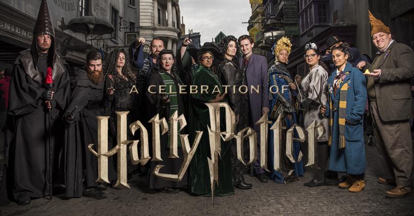 O logo do evento A Celebration of Harry Potter está no centro da imagem. Ao fundo, uma foto de várias pessoas vestindo cosplays da série no Beco Diagonal do parque em Orlando.