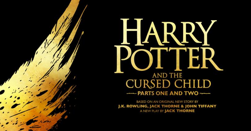 """À esquerda, um desenho de uma asa de agoureiro, e à direita o título da peça """"Harry Potter and the Cursed Child"""", com as informações """"Parts one and two"""" e """"based on a new story by J.K. Rowling, Jack Thorne and John Tiffany, a new play by Jack Thorne"""" embaixo."""