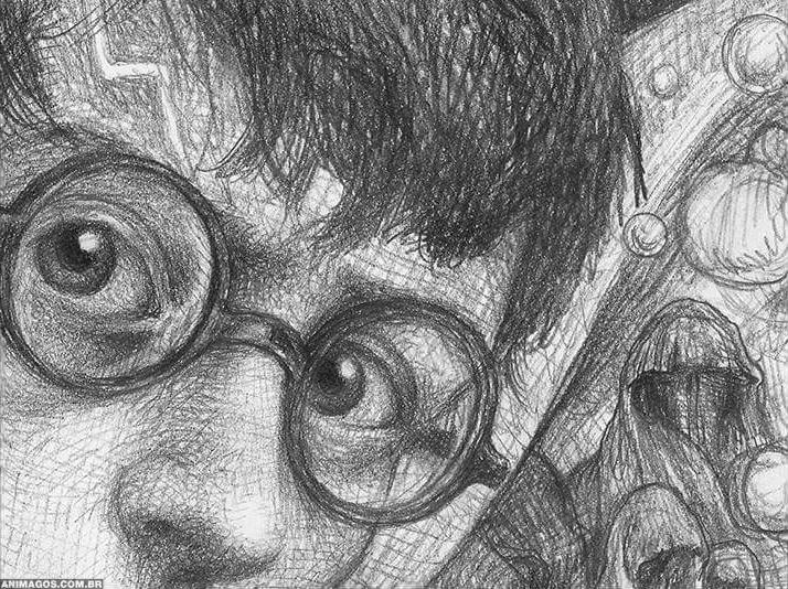 Ilustração em grafite, com Harry Potter em primeiro plano usando seus óculos redondos e olhando para a frente com atenção, franzindo a testa. Atrás dele, quatro figuras encapuzadas.