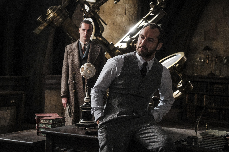 Foto de divulgação de Animais Fantásticos: Os Crimes de Grindelwald. que mostra Dumbledore em uma sala de Hogwarts.