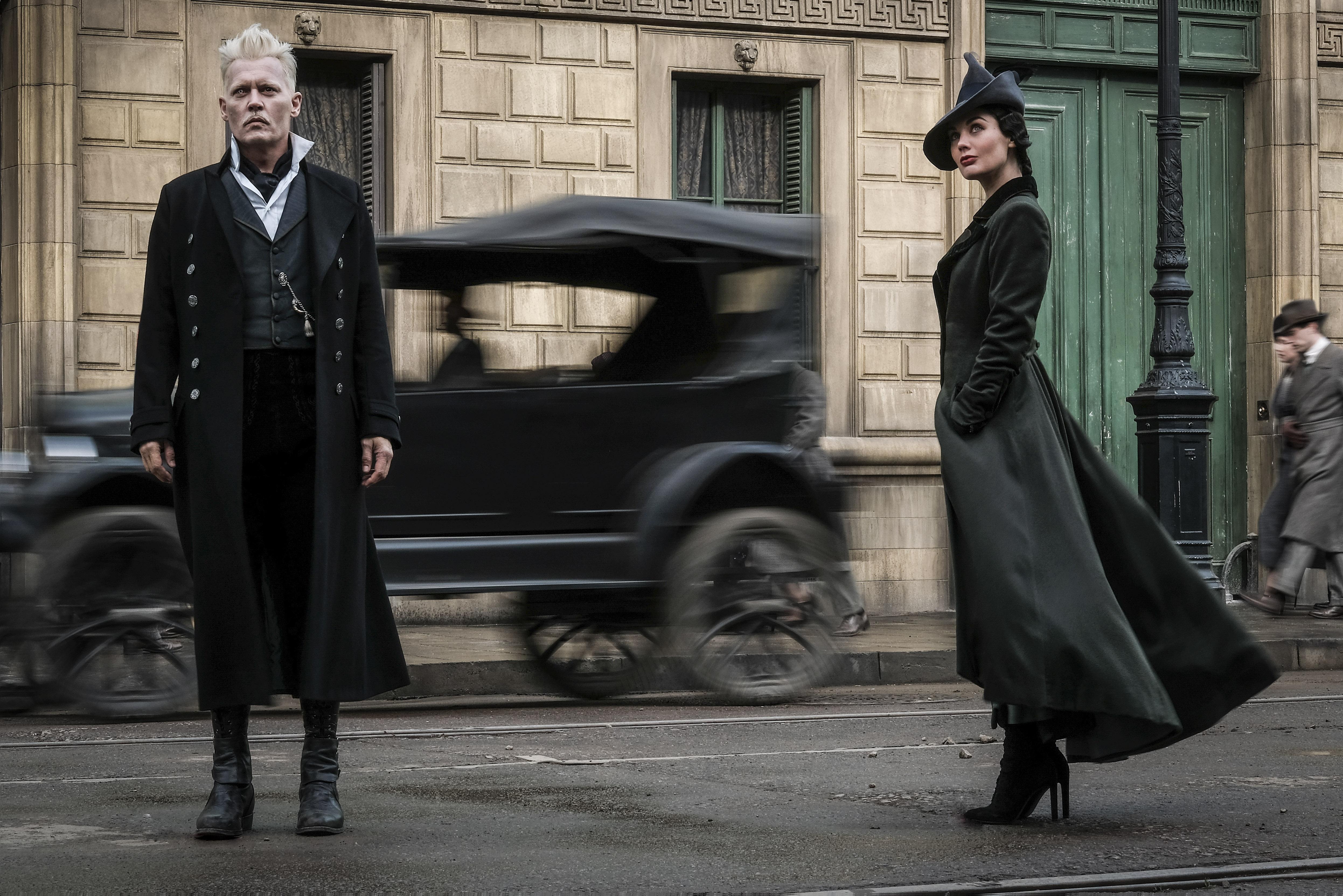 Foto de divulgação de Animais Fantásticos: Os Crimes de Grindelwald, que mostra Grindelwald e Vinda Rosier em uma rua trouxa.