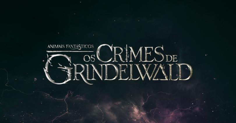 """O logo do filme """"Animais Fantásticos: Os Crimes de Grindelwald"""" sobre um céu tempestuoso."""