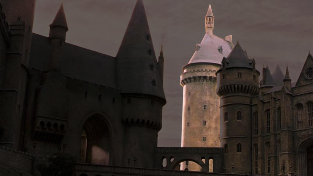 Uma foto panorâmica de Hogwarts, com destaque na torre onde fica a sala de Defesa Contra as Artes das Trevas.
