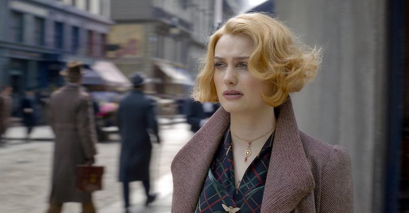 Imagem do trailer para IMAX de Animais Fantásticos: Os Crimes de Grindelwald. Nele, a personagem Queenie Goldstein olha para o horizonte parecendo preocupada no meio da rua (provavelmente em Paris).