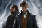 Recorte do pôster do filme Animais Fantásticos: Os Crimes de Grindelwald. No recorte, vemos Newt Scamander (Eddie Redmayne) de frente com Dumbledore (Jude Law) ao seu lado, atrás. Ao fundo, vemos linhas de fumaça.