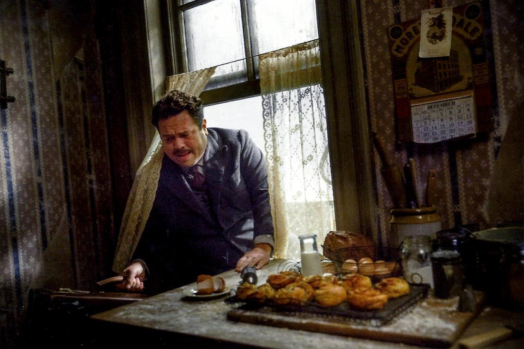 Em uma foto do primeiro filme, Jacob Kowalski entra em seu apartamento por uma janela pequena. Na mesa ao lado da janela há doces e pães. Na parede, um calendário. Jacob parece ter dificuldade para entrar.