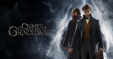 """Newt e Dumbledore envoltos em fumaça num fundo preto e azul. A fumaça forma o símbolo das Relíquias da Morte. Ao lado, o título """"Os Crimes de Grindelwald""""."""