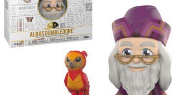 Boneco de Alvo Dumbledore da coleção 5 Star da Funko e sua caixa. A caixa é branca, tem o logo de Harry Potter e diversas artes relacionadas aos filmes em cinza exceto algumas coisas coloridas, incluindo o logo de Hogwarts. Neste produto, Alvo usa vestes de cor roxa e marrom, sorri e está com seu óculos de meia-lua. Ao lado dele, vemos sua fênix, Fawkes, empoleirada.