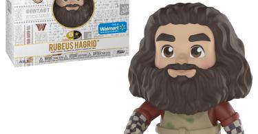 Boneco de Rúbeo Hagrid da coleção 5 Star da Funko exclusivo da Walmart e sua caixa. A caixa é branca, tem o logo de Harry Potter e diversas artes relacionadas aos filmes em cinza exceto algumas coisas coloridas, incluindo o logo de Hogwarts. Neste produto, Hagrid usa um avental e luvas xadrez. O avental está manchado de verde. Ao seu lado, um ovo de dragão e Norberto em frente.