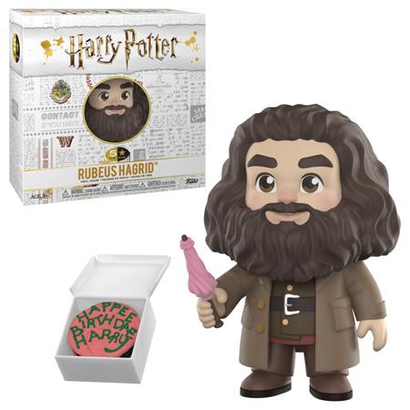 """Boneco de Rúbeo Hagrid da coleção 5 Star da Funko e sua caixa. A caixa é branca, tem o logo de Harry Potter e diversas artes relacionadas aos filmes em cinza exceto algumas coisas coloridas, incluindo o logo de Hogwarts. Neste produto, Hagrid usa suas vestes tradicionais marrons, com um sobretudo também marrom por cima. Ele empunha seu guarda-chuva rosa e sorri. Ao seu lado, um bolo de aniversário rosa e verde para Harry, escrito (com erros de ortografia), """"Feliz Aniversário, Harry""""."""