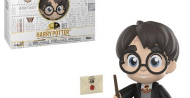 Boneco do Harry com as vestes de Hogwarts pretas, com a varinha na mão e, ao seu lado, a caixa do boneco e os acessórios: uma Hedwiges e uma carta de aceitação em Hogwarts.