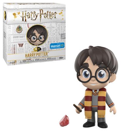 Boneco do Harry com o uniforme de Hogwarts e um cachecol da Grifinória, com a varinha na mão e, ao seu lado, a caixa do boneco e o acessório: a pedra filosofal..
