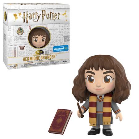 Boneco de Hermione Granger da coleção 5 Star da Funko exclusivo da Walmart e sua caixa. A caixa é branca, tem o logo de Harry Potter e diversas artes relacionadas aos filmes em cinza exceto algumas coisas coloridas, incluindo o logo de Hogwarts. Neste produto, Hermione usa uniforme de Hogwarts com cores da Grifinória mas desta vez está sem capa, há apenas um cachecol colocado no pescoço (não completamento enrolado) Neste boneco, ela também empunha uma varinha e exibe um sorriso. Ao lado dela, vemos apenas um objeto: um livro desconhecido de coloração vinho e dourado.