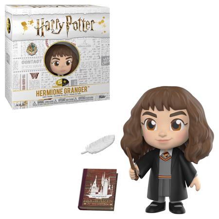 Boneco de Hermione Granger da coleção 5 Star da Funko e sua caixa. A caixa é branca, tem o logo de Harry Potter e diversas artes relacionadas aos filmes em cinza exceto algumas coisas coloridas, incluindo o logo de Hogwarts. Neste produto, Hermione usa seu uniforme de Hogwarts com cores da Grifinória e empunha uma varinha. Ela exibe um sorriso. Ao lado dela, vemos dois objetos miniaturas: uma pena levitando e um livro de Hogwarts: Uma História.