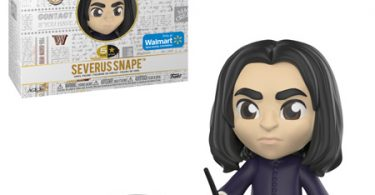 Boneco de Snape com a varinha em mãos. Atrás, a caixa do brinquedo, e ao lado, os acessórios: um caldeirão e uma garrafa.
