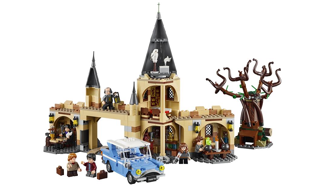 Foto de uma cena ilustrando o set com uma torre, uma ponte, uma sala de aula e o Salgueiro Lutador. Harry e Rony aparecem ao lado do Ford Anglia voador.